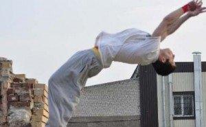 В Астрахани школьник-паркурщик рухнул на землю, сломав позвоночник