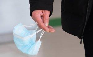 Жители Элисты носят маски в карманах или в сумках