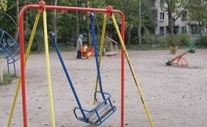 На детских площадках в Астрахани по-прежнему травмируются дети