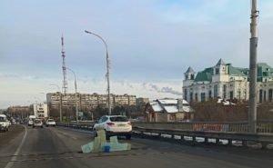 Заделанная на Новом мосту Астрахани яма появилась вновь