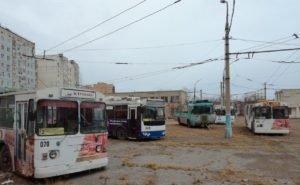 В Астрахани продолжают ржаветь брошенные троллейбусы