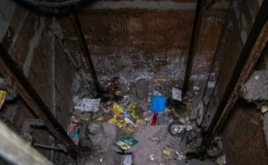 Астраханцев просят не бросать медицинские маски в шахты лифтов