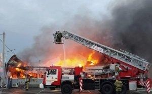 В Волгограде средь бела дня сгорел рынок