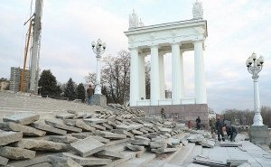Недавно отремонтированная лестница на Центральной набережной Волгограда рассыпалась