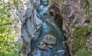 В Адыгее вторые сутки ищут туристов, которые сорвались в горную реку