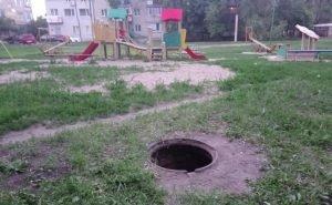 В Астрахани дети продолжают падать в открытые люки