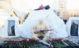 В Астрахани малолетний вандал сломал памятник воинам-интернационалистам